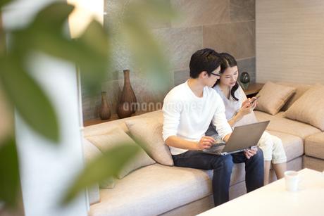 ソファーでくつろぐ夫婦の写真素材 [FYI02969974]