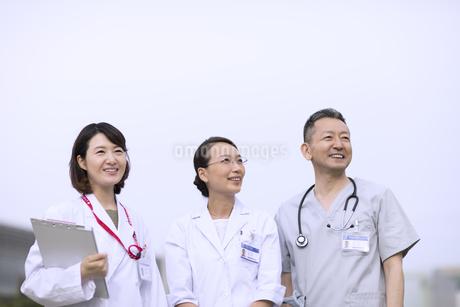 遠くを見つめる医師たちの写真素材 [FYI02969979]