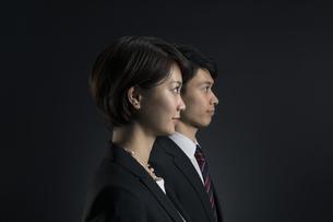 遠くを見つめるビジネス男女の横顔の写真素材 [FYI02969981]