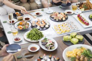 ホームパーティーを楽しむ人の手元と料理の写真素材 [FYI02969985]