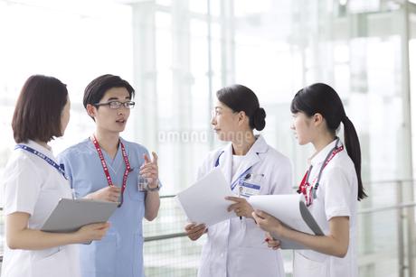 打ち合わせをする医師たちの写真素材 [FYI02969990]