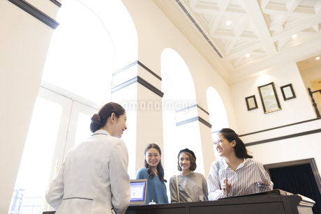 チェックイン中の3人の女性旅行者の写真素材 [FYI02969991]