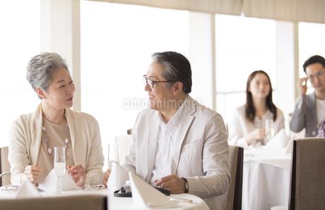 会話をするシニア夫婦の写真素材 [FYI02969995]