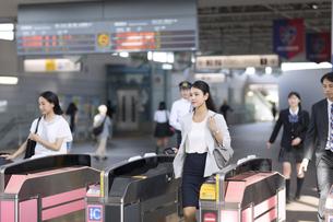 駅の改札を通過するビジネス女性の写真素材 [FYI02969998]