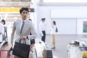 駅の改札を通過するビジネス男性の写真素材 [FYI02970003]