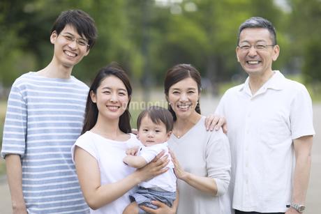 集合して笑顔の三世代家族の写真素材 [FYI02970005]