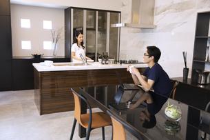 ダイニングキッチンで会話をする夫婦の写真素材 [FYI02970006]
