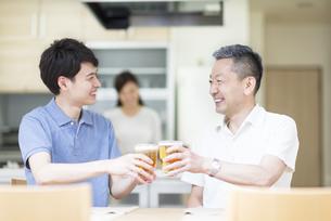 ビールで乾杯をする父と息子の写真素材 [FYI02970007]
