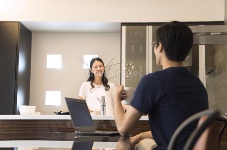 ダイニングキッチンで会話をする夫婦の写真素材 [FYI02970008]