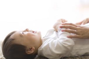 あやされて喜ぶ赤ちゃんの写真素材 [FYI02970009]