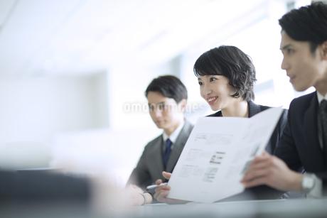 会議中のビジネスマンの写真素材 [FYI02970014]