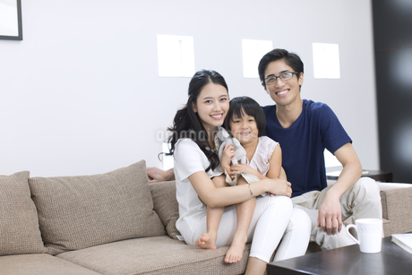 ソファーでカメラ目線の家族の写真素材 [FYI02970016]
