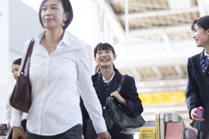 駅の改札を通過する女子高校生の写真素材 [FYI02970020]