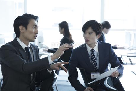 打ち合わせをする2人のビジネス男性の写真素材 [FYI02970021]