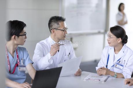 打ち合わせをする医師たちの写真素材 [FYI02970026]