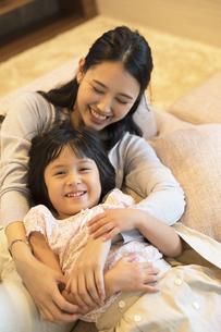 母親に抱きしめられる娘の写真素材 [FYI02970030]