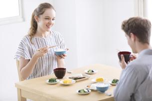 和食を食べる男女の外国人の写真素材 [FYI02970039]