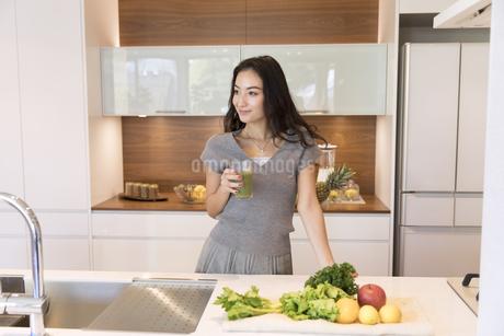 スムージーを手に遠くを見る女性の写真素材 [FYI02970040]