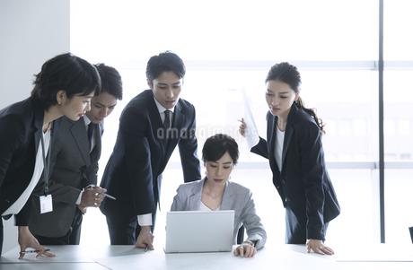 製図を使って打ち合わせをするビジネスマンの写真素材 [FYI02970045]