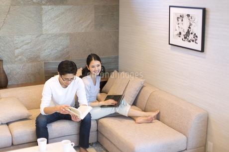 ソファーでくつろぐ夫婦の写真素材 [FYI02970047]