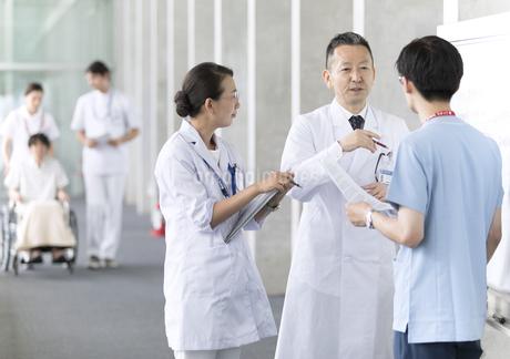 打ち合わせをする医師たちの写真素材 [FYI02970049]