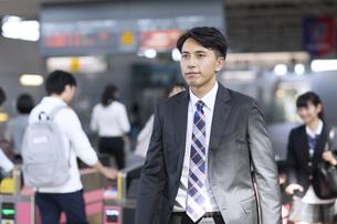 駅の改札を通過するビジネス男性の写真素材 [FYI02970051]
