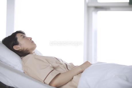 ベッドで安静中の女性患者の写真素材 [FYI02970056]