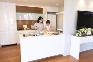 キッチンで料理を作る母親と娘の写真素材 [FYI02970063]