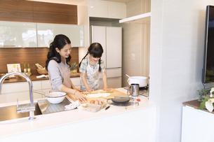 キッチンで料理を作る母親と娘の写真素材 [FYI02970064]