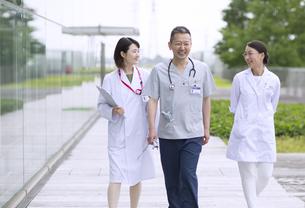 歩きながら会話をする医師たちの写真素材 [FYI02970070]