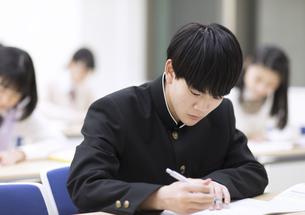 授業を受ける男子高校生の写真素材 [FYI02970071]