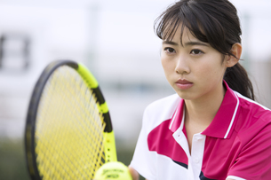 テニスをする女子学生の写真素材 [FYI02970074]