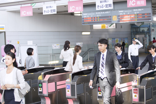駅の改札を通過する人々の写真素材 [FYI02970079]