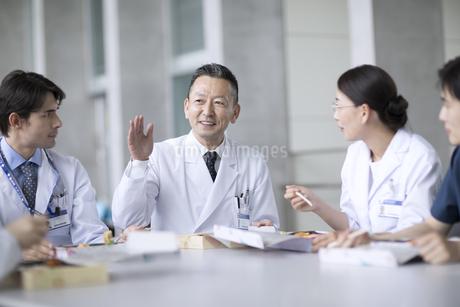 ランチミーティングを行う医師たちの写真素材 [FYI02970080]