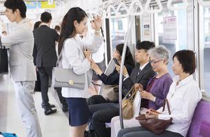 電車移動する人々の写真素材 [FYI02970082]
