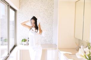タオルで髪を乾かす女性の写真素材 [FYI02970084]