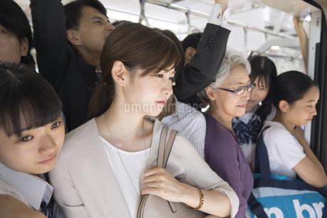 満員電車の車内の写真素材 [FYI02970085]
