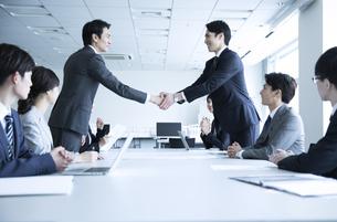 会議で握手をする2人のビジネス男性の写真素材 [FYI02970086]
