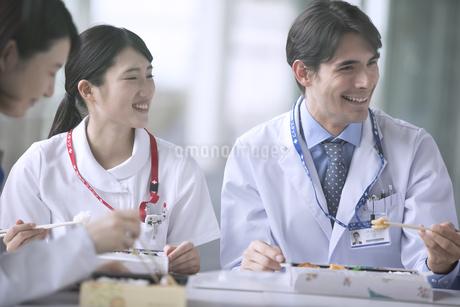 ランチミーティングを行う医師たちの写真素材 [FYI02970087]