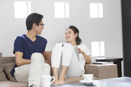ソファーで顔見つめる夫婦の写真素材 [FYI02970089]