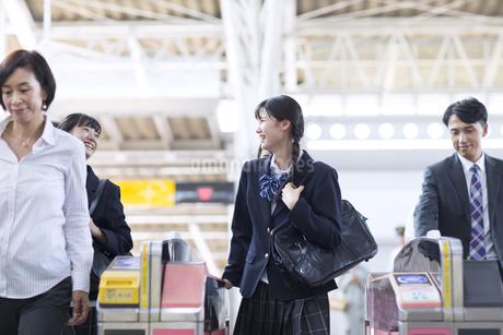 駅の改札を通過する女子高校生の写真素材 [FYI02970091]