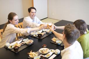 日本料理を注文し乾杯する男女4人の外国人の写真素材 [FYI02970094]