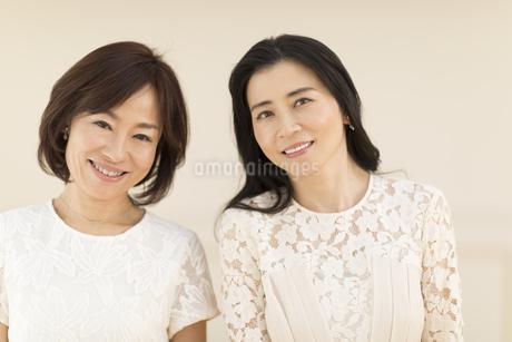 微笑む2人の女性の写真素材 [FYI02970097]