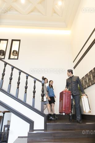 ホテル内を歩く2人の女性旅行者の写真素材 [FYI02970100]