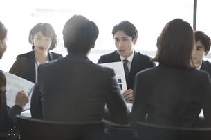 会議中のビジネスマンの写真素材 [FYI02970103]