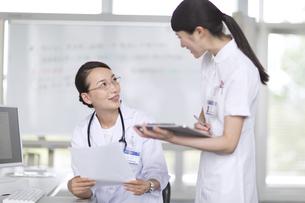 打ち合わせをする医師と看護師の写真素材 [FYI02970107]