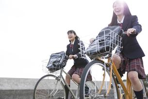 自転車で通学をする女子高校生たちの写真素材 [FYI02970108]