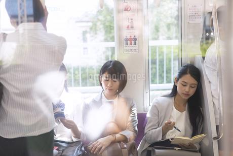 電車移動する人々の写真素材 [FYI02970109]