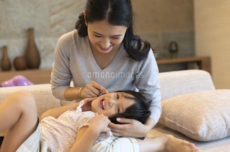 仲良く戯れる母親と娘の写真素材 [FYI02970111]