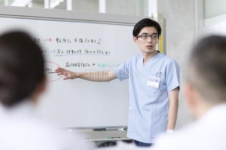 会議中の医師たちの写真素材 [FYI02970117]